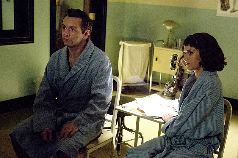 Michael Sheen as Dr. William Masters and Lizzy Caplan as Virginia Johnson in Masters of Sex (season 1, episode 8) - Photo: Michael Desmond/SHOWTIME - Photo ID: MastersofSex_108_0090